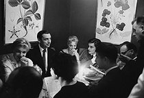 Simone Signoret, Yves Montand, Romy Schneider, Alain Delon and Jean-Claude Brialy (from behind). France, on October 9, 1958. © Bernard Lipnitzki / Roger-Viollet
