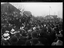 "World War I. Ceremony commemorating the battle of Champigny-sur-Marne (France), on December 1st, 1918. Albert Thomas (1878-1932), French politician, making a speech in front of the war memorial. On his right, Raymond Poincaré (1860-1934), French statesman, and his wife. Photograph published in the newspaper ""Excelsior"", on December 2nd, 1918. © Excelsior – L'Equipe/Roger-Viollet"