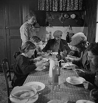 Famille de paysans à table. France, vers 1935. © Gaston Paris / Roger-Viollet