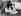 Trois jeunes filles pique-niquant au bord de la Tamise. Près de Walton (Angleterre). Début de l'été 1926. © Ullstein Bild/Roger-Viollet