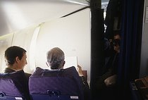 Edouard Balladur (born in 1929), French Prime Minister, presidential candidate, with his adviser Nicolas Bazire, on a plane, March 1995. © Jean-Paul Guilloteau / Roger-Viollet