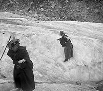 Crossed of the iced sea ( High Savoy). On 1899. Photo Ernest Roger. © Ernest Roger / Roger-Viollet