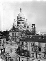 Paris (XVIIIth district). The Tertre place and the basilica of the Sacré-Coeur of Montmartre with the tower under construction, about 1910. © Léon et Lévy / Roger-Viollet