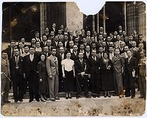 Group photograph with Mélinée Manouchian (centre 1913-1989), Armenian resistance fighter who became French at the time of the Liberation, as a secretary and agent of the Komintern. © Archives Manouchian / Roger-Viollet