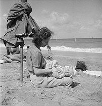 Woman and child. Beach of Deauville (France), August 1950. © Boris Lipnitzki/Studio Lipnitzki/Roger-Viollet