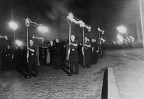 28,000 Spanish Falangists marching in the streets of Madrid (Spain) with torches for the fifth anniversary of José Antonio Primo de Rivera's death. 1941. © Albert Harlingue / Roger-Viollet