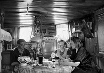 Family of boatmen having lunch in their barge. France, 1943. © LAPI/Roger-Viollet