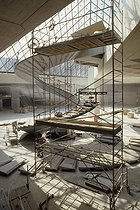 Construction site inside the Louvre Pyramid just before the opening ceremony. Architect : Ieoh Ming Pei (1917-2019). Paris (Ist arrondissement), 1988. © Jean-Pierre Couderc / Roger-Viollet