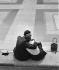 Jeune couple enlacé, 1960.  © Seeger/Ullstein Bild/Roger-Viollet