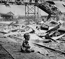 Sino-japanese war (1937-1945). This terrified baby was almost the only human being left alive in Shanghai's South Station after brutal Japanese bombing. China, August 28, 1937. H.S. Wong. (OWI). © US National Archives/Roger-Viollet