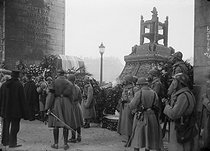 Ceremony for the 50th anniversary of the French Republic at the place de l'Etoile. On the right : tank transporting  the heart of Léon Gambetta (1838-1882). On the left : 155mm gun transporting the coffin of the Unknown Soldier. Paris (VIIIth arrondissement), on November 11, 1920. © Albert Harlingue/Roger-Viollet