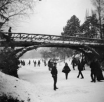 Winter in Paris. Bridge on the frozen lake of the bois de Boulogne park. Playing on the ice. 1893. Detail of a stereoscopic view. © Léon et Lévy/Roger-Viollet