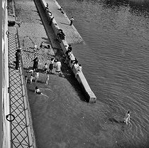 Paris Plage. Children bathing in the river Seine. Paris, 1948. © Jacques Rouchon/Roger-Viollet