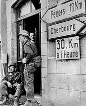 World War II. Normandy landings. US soldiers having a break in Montebourg before heading to Cherbourg (France), on June 28, 1944. © Roger-Viollet