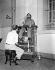 Révolutionnaire cubain fumant un cigare en se faisant cirer les bottes. La Havane (Cuba), janvier 1959.  © Saavedra/The Image Works/Roger-Viollet
