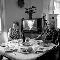 Television set in a dining room, August 1966. © Roger-Viollet