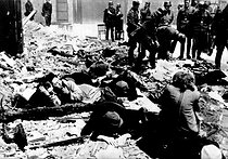 World War II. Jewish resistance fighters captured by SS troops during the Warsaw ghetto uprising. Warsaw, Poland, April 19-May 16, 1943. © Bilderwelt/Roger-Viollet