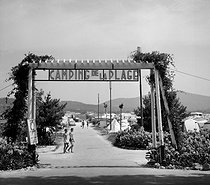 Entrance of a campsite on the French Riviera between Sainte-Maxime and Saint-Tropez (France), June 1964. © Roger-Viollet