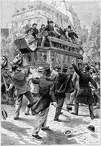 The Dreyfus crisis. Demonstration to obtain the review of the trial, near the avenue de Wagram. An omnibus, transporting Zola and Dreyfus's supporters, arrested by the anti-Dreyfus demonstrators. Drawing by Damblans. Paris, October 1898.  © Roger-Viollet