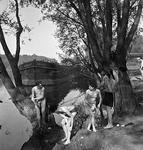 Camping and Culture association. Washing in the river, 1936-1938. Photograph by Marcel Cerf (1911-2010). Bibliothèque historique de la Ville de Paris. © Marcel Cerf/BHVP/Roger-Viollet
