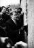 Vaclav Havel (1936-2011), homme d'Etat et écrivain tchécoslovaque, devant le mur de Berlin (Allemagne), 2 janvier 1990. © Ullstein Bild/Roger-Viollet