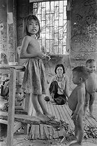 Cambodian War. Family living on the road number 4, near the front. Cambodia, 1973. © Françoise Demulder / Roger-Viollet