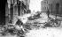 Guerre 1939-1945. Chevaux morts et charrette renversée dans la ville assiégée par les Allemands, 25-27 septembre 1939. Le 28, Varsovie capitule. Varsovie (Pologne). © Roger-Viollet