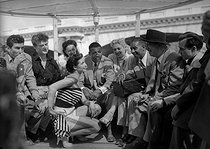 ker Smith (known as Ray Sugar Robinson, 1920-1989), American boxer, on a river boat. Paris, 1951.     © Roger-Viollet