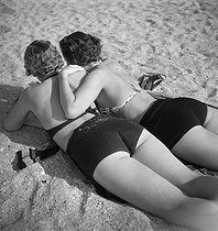 Women on the beach. Deauville (France), August 1936. © Boris Lipnitzki / Roger-Viollet