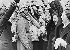 Anschluss. Manifestations de joie lors de l'entrée des troupes allemandes de la Wehrmacht en Autriche, 12 mars 1938. © Ullstein Bild / Roger-Viollet