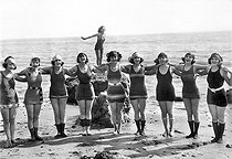 "Group of swimmers (Mack Sennett's ""Bathing Beauties""), around 1915-1920. © Albert Harlingue/Roger-Viollet"