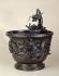 """""""Vase entouré d'un dragon en relief, tête dressée, Japon"""", bronze de Yamashika Kanenaga, période Edo (1600-1867). Paris, musée Cernuschi. © Philippe Ladet/Musée Cernuschi/Roger-Viollet"""