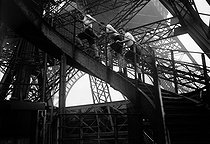 Competitors of the Championship of the Eiffel Tower (test of running borrowing stairs). Paris, September 9, 1906. BRA-22646 © Maurice-Louis Branger/Roger-Viollet