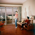 Appartement témoin - deux jeunes filles dans un studio avec terrasse. Vers 1960-1965. © Roger-Viollet