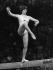 Nadia Comaneci (née en 1961), gymnaste roumaine, à la poutre lors des championnats du monde de gymnastique artistique. Strasbourg (Bas-Rhin), octobre 1978.  © Rzepka/Ullstein Bild/Roger-Viollet