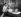 Couple d'amoureux écoutant la radio sur une barque. Etats-Unis, vers 1935. © Underwood Archives/The Image Works/Roger-Viollet