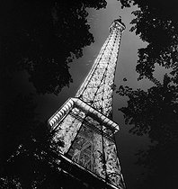 1937 World Fair in Paris : the illuminated Eiffel Tower. © Gaston Paris / Roger-Viollet