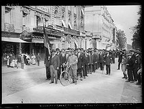 """World War I. 20th day of mobilization in Paris, on August 21, 1914. Enlisting of foreign volunteers at the Invalides : Armenian men. Photograph published in the newspaper """"Excelsior"""" of Saturday, August 22, 1914. © Wackernie / Excelsior - L'Equipe / Roger-Viollet"""