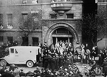 Exit of the hospital of the president Theodore Roosevelt after his murder in october 1912. © Albert Harlingue / Roger-Viollet