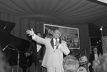 Cab Calloway (1907-1994), American singer, actor and jazz conductor, during a concert. © Jacques Cuinières / Roger-Viollet