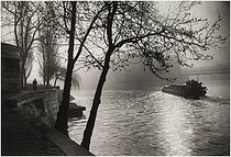 Barge between the bank of the quai de la Tournelle and the tip of the Ile de la Cité. Paris (Vth arrondissement), 1950-1959. Photograph by Edith Gérin (1910-1997). Bibliothèque historique de la Ville de Paris. © Edith Gérin / BHVP / Roger-Viollet