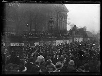 "World War I. Celebration for the signature of the armistice. Crowd at the French National Assembly. Paris, on November 11, 1918. Photograph published in the newspaper ""Excelsior"" on November 12, 1918. © Excelsior - L'Equipe / Roger-Viollet"