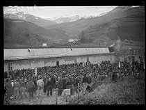 """Spanish Civil War (1936-1939). """"La Retirada"""". Illegal arrival of Spanish militiamen. Soup distribution for the interned soldiers of the government army. Prats-de-Mollo-la-Preste camp (France), on February 1st, 1939. Photograph from the Excelsior newspaper. © Excelsior – L'Equipe/Roger-Viollet"""
