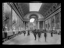 "Visitors in the ""Galerie des Batailles"" (Gallery of Battles) of the Palace of Versailles (France), early July 1919. © Excelsior - L'Equipe / Roger-Viollet"