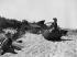 Enfants jouant sur la plage avec les débris des engins du Débarquement du 6 juin 1944. Graye-sur-Mer (Calvados). Août 1948. © Roger-Viollet