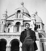 Charles Aznavour (1924-2018), Armenian-born French singer-songwriter and actor. Paris, Sacré-Coeur basilica, circa 1960. © Roger-Viollet