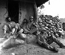 Korean War (1950-1953). Soldiers from the 1st division of US Marines resting after a battle, on September 24, 1951. © US National Archives / Roger-Viollet
