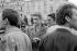 Evènement de Mai-Juin 68. Alain Resnais (1922-2014) et Jean-Pierre Mocky (1929-2019, lors d''une manifestation à la gare de Lyon des cinéastes de la nouvelle vague. Paris, mai 1968. Photographie de Janine Niepce (1921-2007). © Janine Niepce / Roger-Viollet