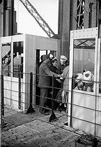 1900 World Fair in Paris. Transfer of the passengers of the Edoux elevator on the first floor of the Eiffel Tower. © Neurdein / Roger-Viollet