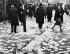 Anschluss. Affichette annonçant le plébiscite organisé par le chancelier autrichien Schuschnigg par terre dans les rues de Vienne. 11 mars 1938. © Ullstein Bild / Roger-Viollet